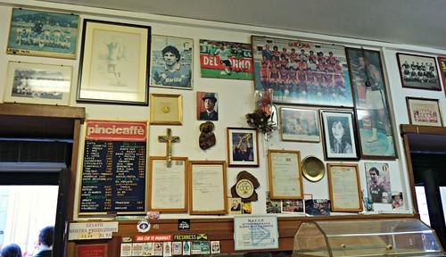 San Caliston seinää peittävät 70-luvun jalkapallotähtien kuvat