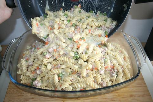 34 - Nudelmischung in Auflaufform geben / Put pasta mix in casserole