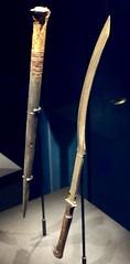 Pique en corne avec manche décoré, Cimeterre khépech en bronze, avec manche en bronze plaquée d'ébène, 1336-1326 av. J.-C.