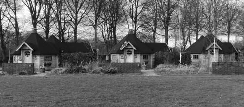 2017-12 Overzicht drietal huisjes Holthees zwartwit foto