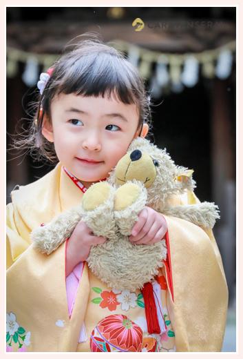 3歳の女の子の七五三 熊のぬいぐるみ 黄色の着物