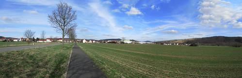 20110323 0210 399 Jakobus Oberzella Feld Häuser Wolken_P01