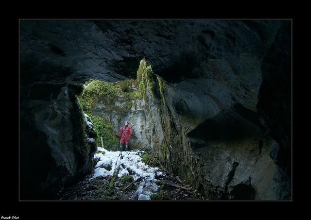 Daniel a l'entrée de la Grotte de la Forêt de Molain - Jura