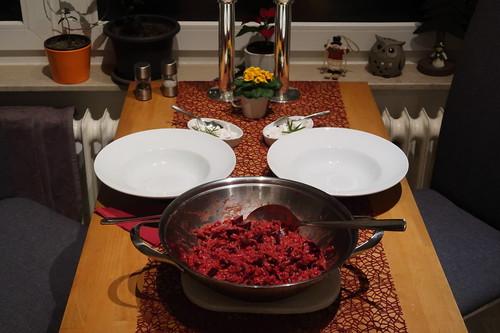 Rote-Bete-Risotto mit Ziegenfrischkäse (Tischbild)