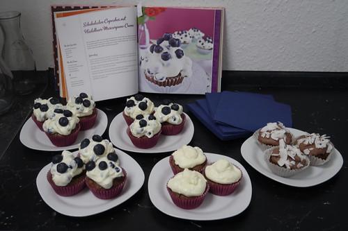 Frisch zubereitete Schokoladen Cupcakes mit Heidelbeermascapone Creme, Schokoladen Cupcakes mit Mascapone Creme und restliche Schoko-Kokos-Cupcakes mit Kokos Ganache