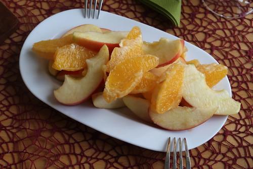 Obstsalat aus Äpfeln und Orangen mit Zimt