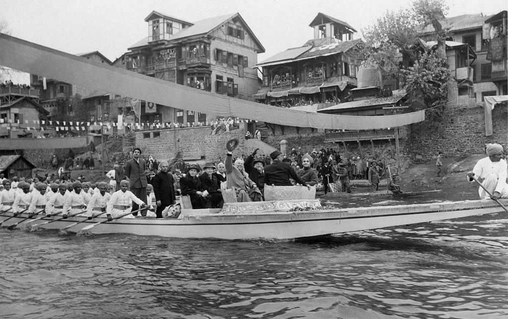 1955. Никита Хрущев и Николай Булганин посещают Индию. Советские гости на реке Джелум в Сринагаре (Кашмир)