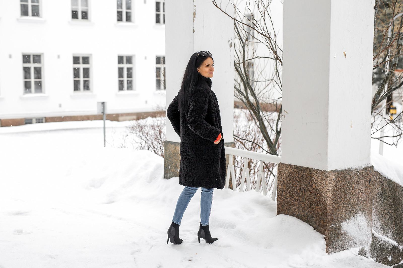 musta pitkä naisten takki