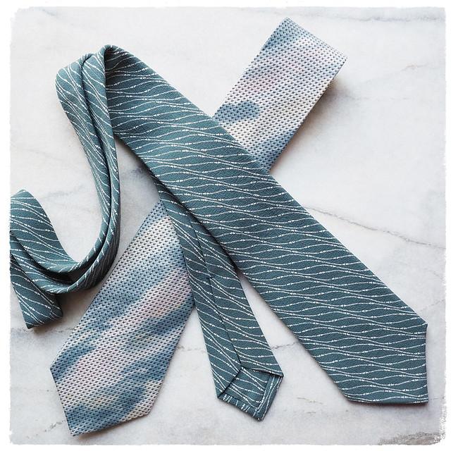 縦のものを斜めにしたら 粋なネクタイ  出来上がり!