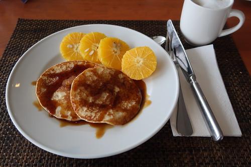 Kleine Pfannkuchen mit Zuckersirup und Orangenscheiben