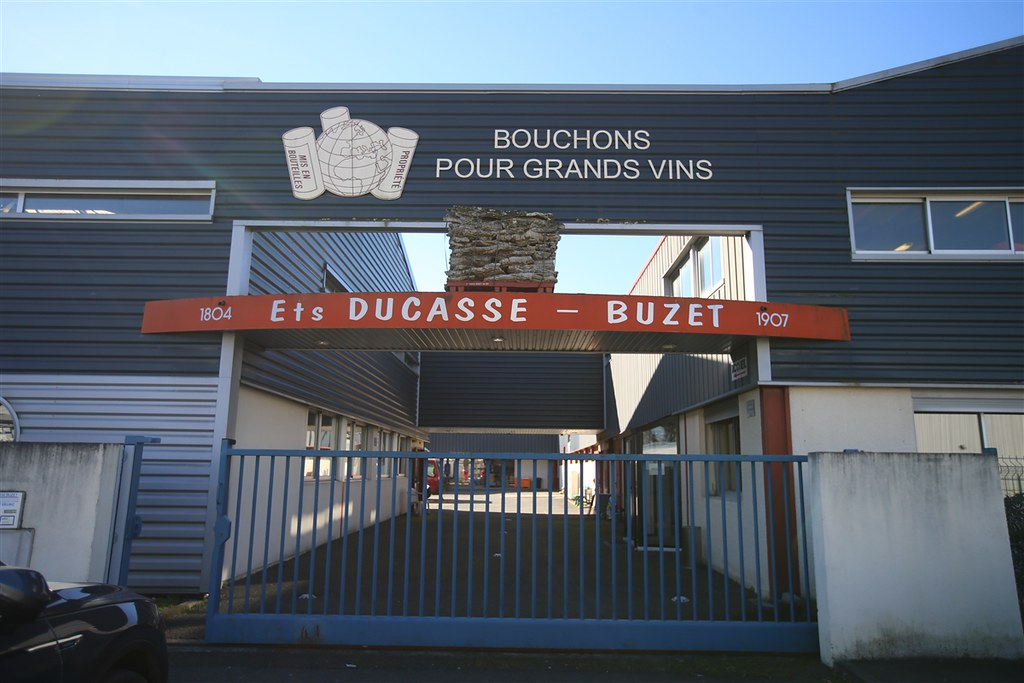 Visite la bouchonnerie Ducasse-Buzet, usine de fabrication de bouchons de liège à Cestas (33)