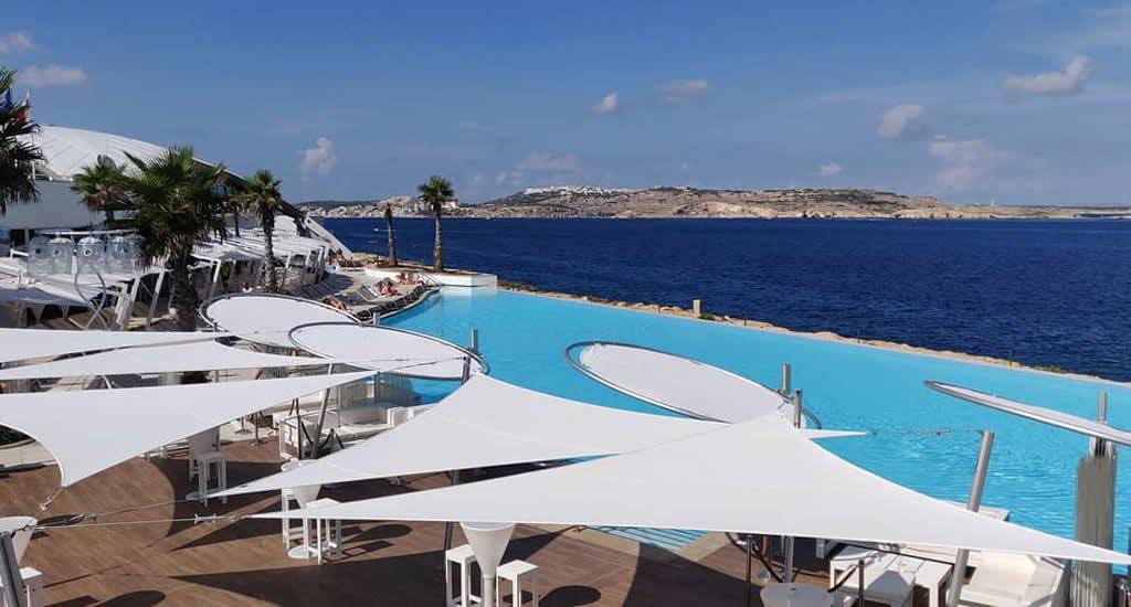 Doen in St. Paul's Bay, Malta: naar de beach club (foto met dank aan Café del Mar) | Malta & Gozo