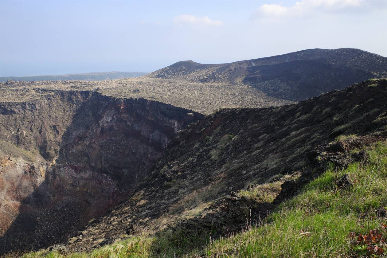 伊豆大島・三原山登山 火口と断崖絶壁