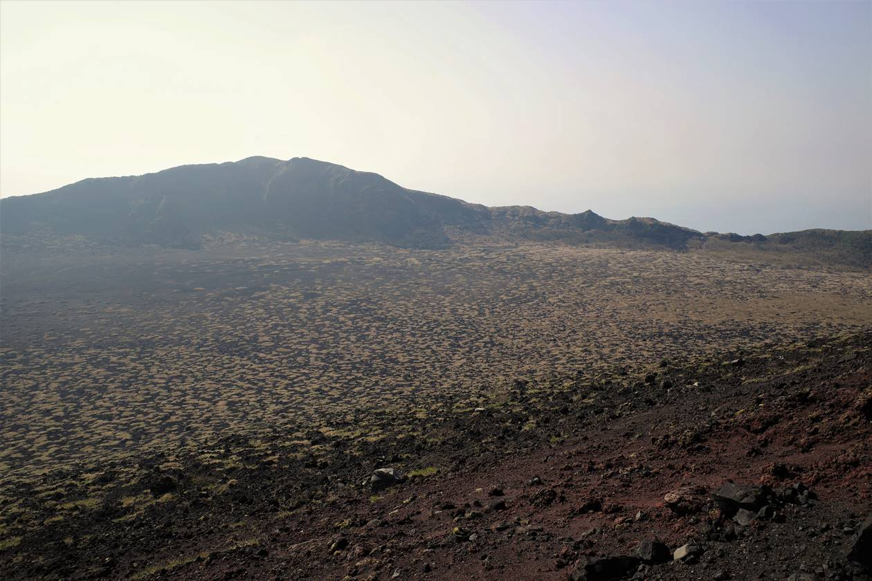 伊豆大島・三原山ハイキング 火口から眺める裏砂漠と白石山