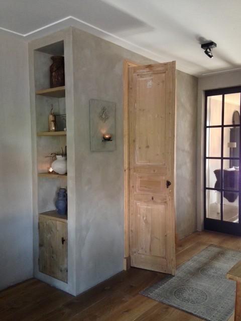 Kalkverf lange muur landelijke woonkamer
