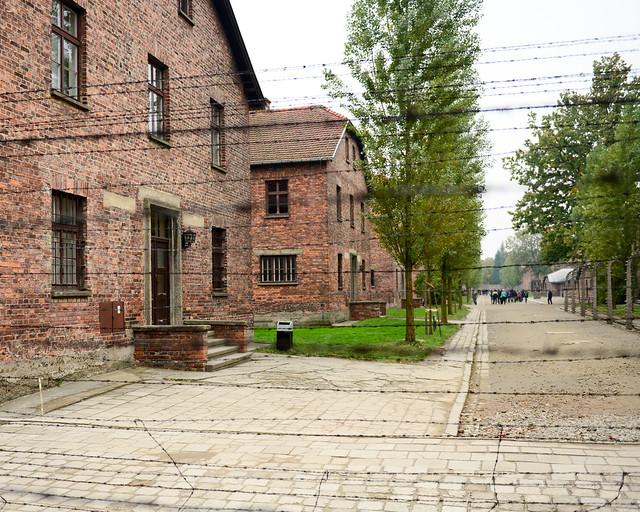 Barracones de Auschwitz tras las rejas