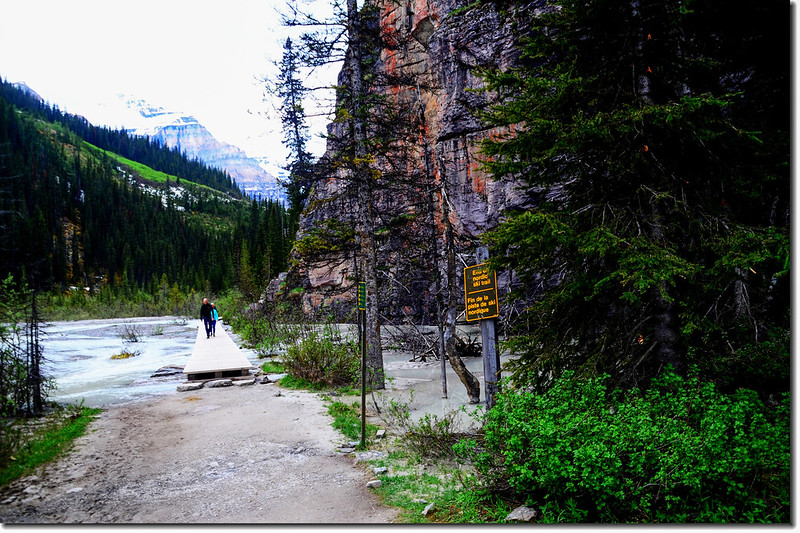 The trail at the end of Lake Louise