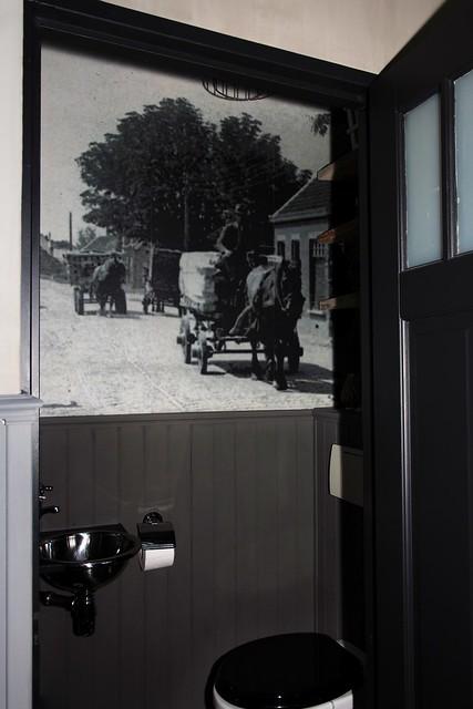 Toilet lambrisering zwartwit foto