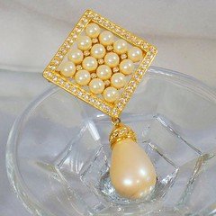 Joan Rivers Brooch. Dangling Teardrop Pearl Brooch Pendant.  Gold Rhinestone Diamond Shaped Pin and Pendant by Joan Rivers. waalaa.