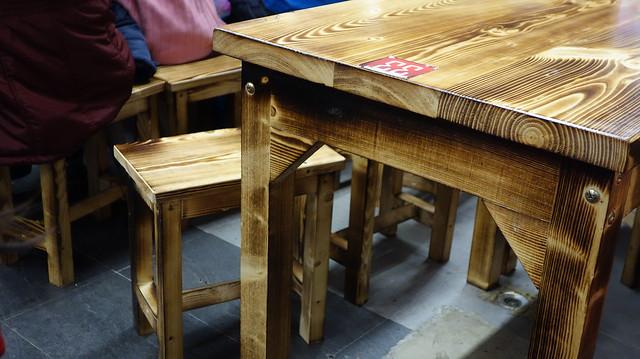 桌椅高度正常,桌距剛好,我覺得滿舒服的@安和夜市兜豪台南牛肉湯