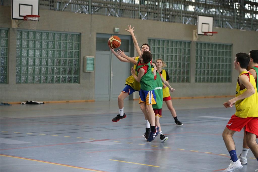 Les collégiens et lycéens des sections sportives à la rencontre de la basketteuse Céline Dumerc