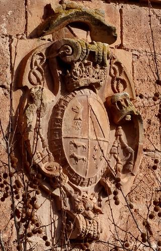 Cambil (Jaén-España). Plaza de la Constitución. Iglesia de la Encarnación. Torre. Escudo del cardenal Bernardo de Sandoval y Rojas