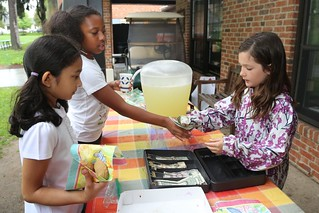 Exchanging cash at lemonade stand
