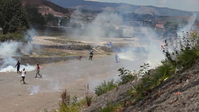 Venezuelanos na fronteira com Brasil condenam protestos violentos contra Maduro