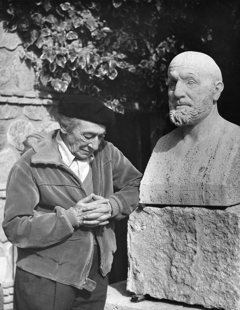 Victorio Macho junto al busto de León Felipe en Roca Tarpeya en 1962. Universidad Complutense.