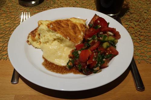 Käse-Soufflé mit Tomaten-Gurken-Salat (mein Teller)