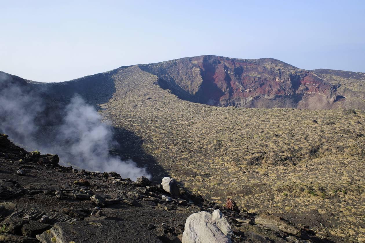 伊豆大島・三原山登山 噴気と火口