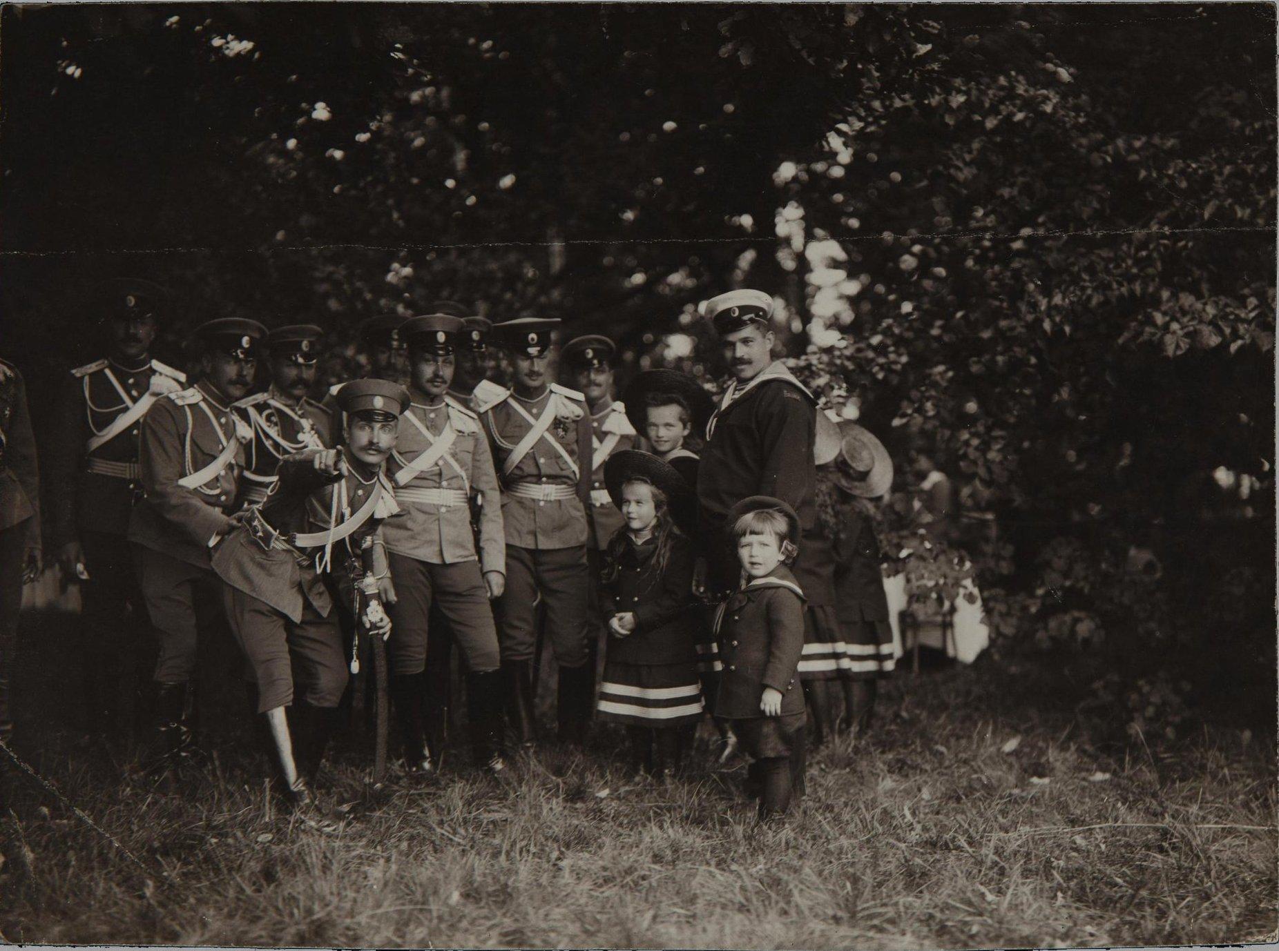 1907. Дети императора Николая II с дядькой в кругу офицеров