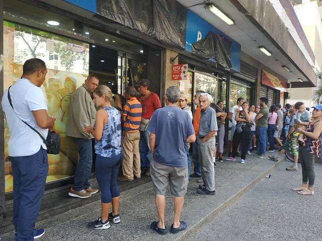 Venezuelanos enfrentam as dificuldades após três dias sem luz, água e telefone