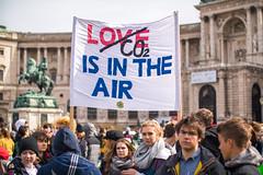 Demonstranten halten Transparent mit CO2 is in the Air Botschaft. Demo gegen Umweltverschmutzung und Klimaerwärmung