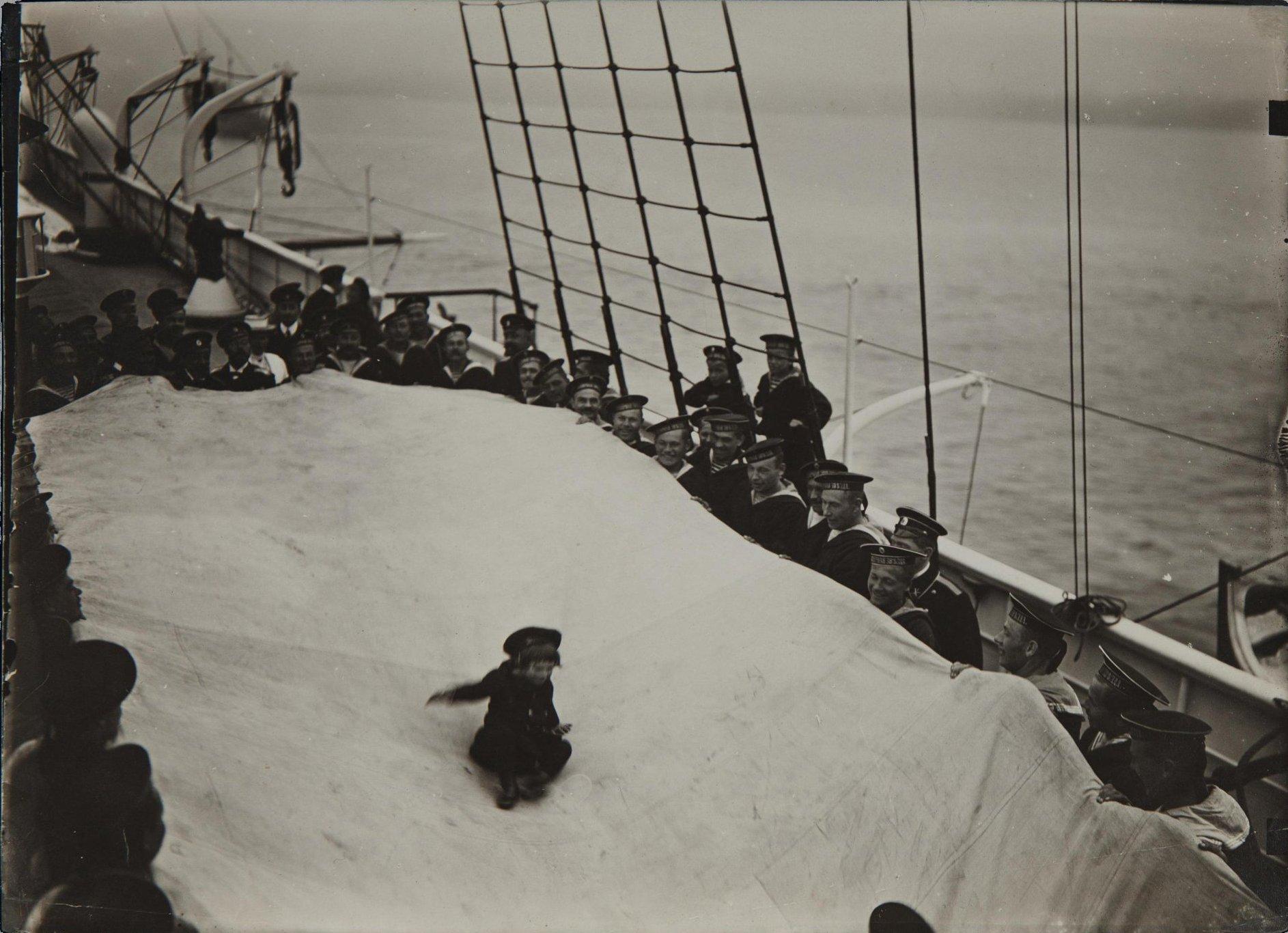 1906. Катание цесаревича Алексея Николаевича на парусине на палубе яхты «Полярная звезда»