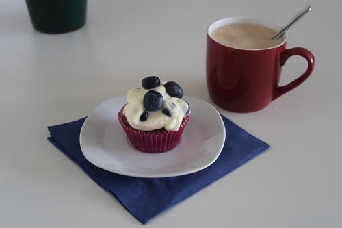 Schokoladen Cupcake mit Heidelbeermascapone Creme (zum Kaffee in meinem Büro)