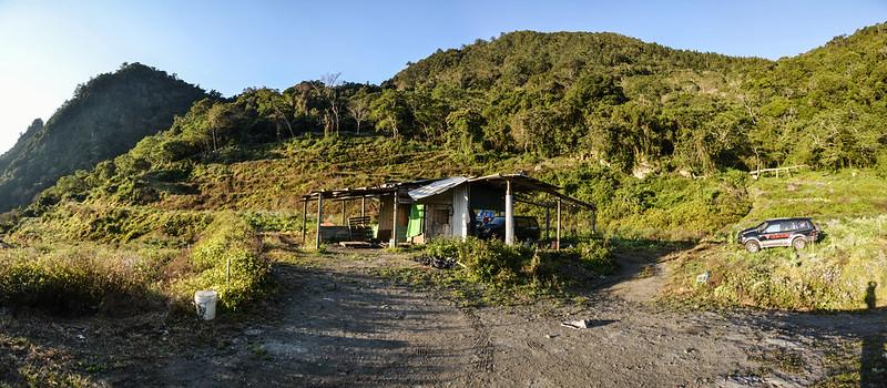 江坡古山工寮停車處展望,左為江坡古山