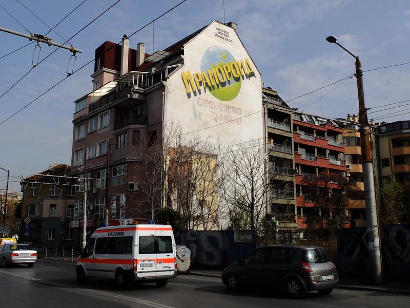 Информация о застройщике на фасадах домов в Софии