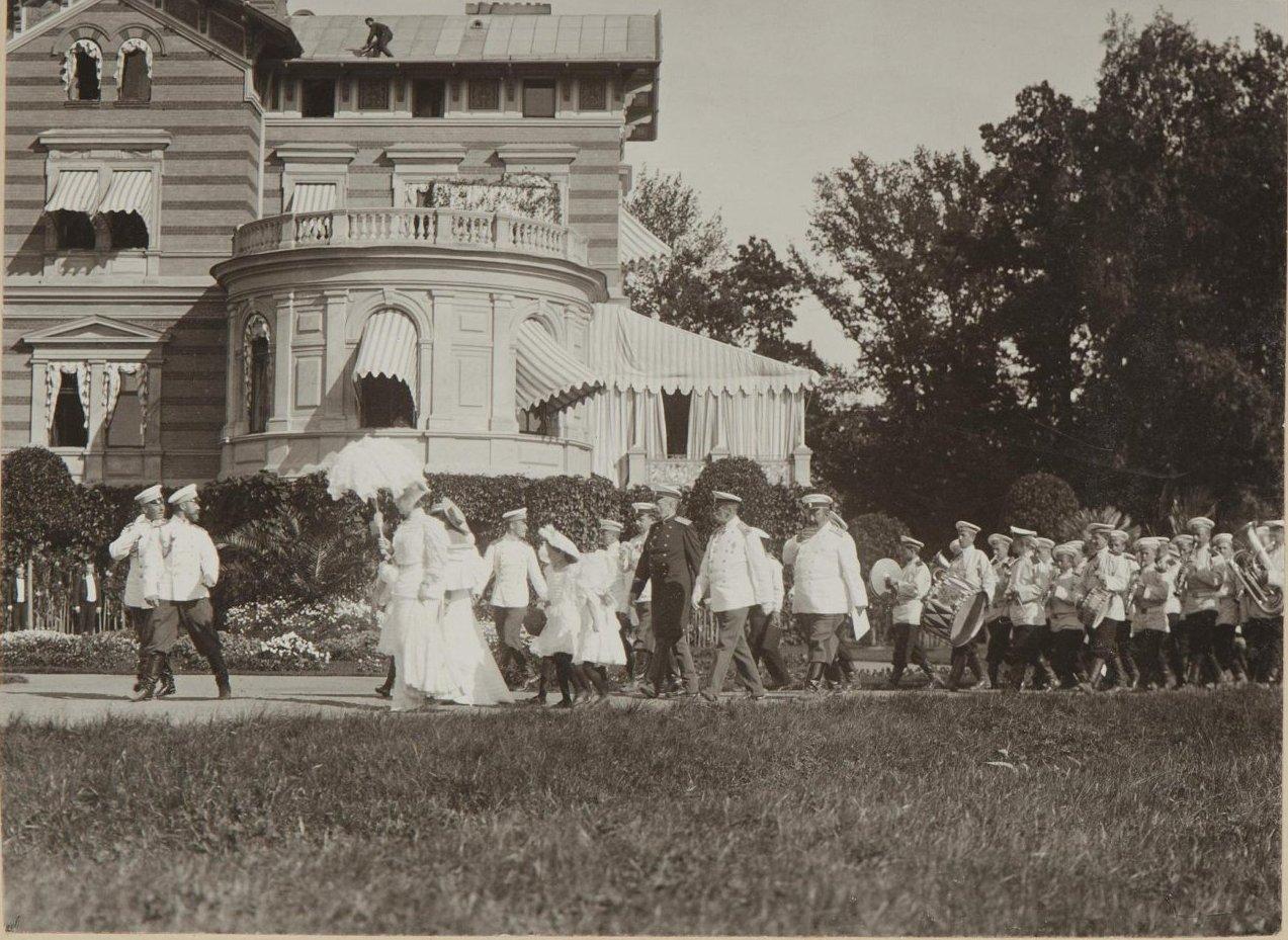 1906. Император Николай II с семьёй на даче под Петергофом
