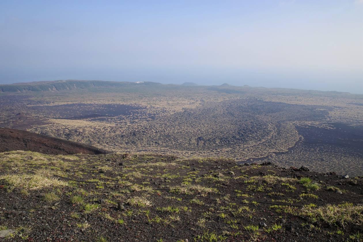 伊豆大島・三原山登山 火口周回コースから眺める裏砂漠と温泉ホテル