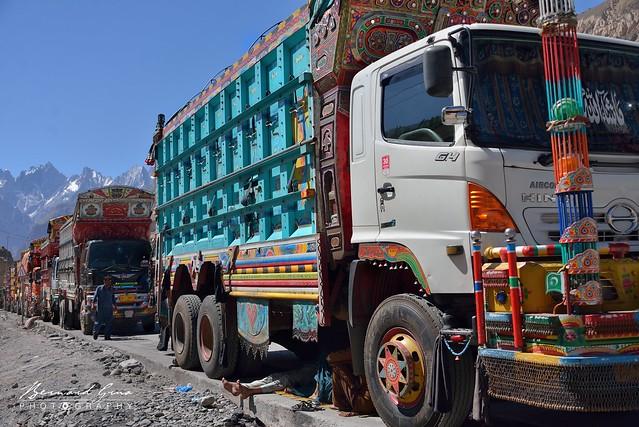 Sost, camion en attente de chargement le long de la Karakoram Highway © Bernard Grua