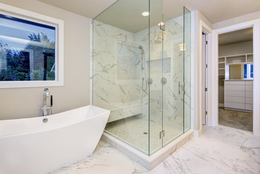 bathtub dengan shower pada kamar mandi