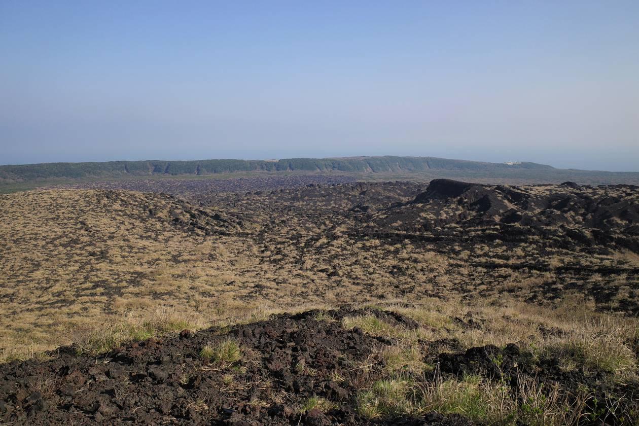 伊豆大島三原山登山 火口周回コースから眺める裏砂漠と温泉ホテル