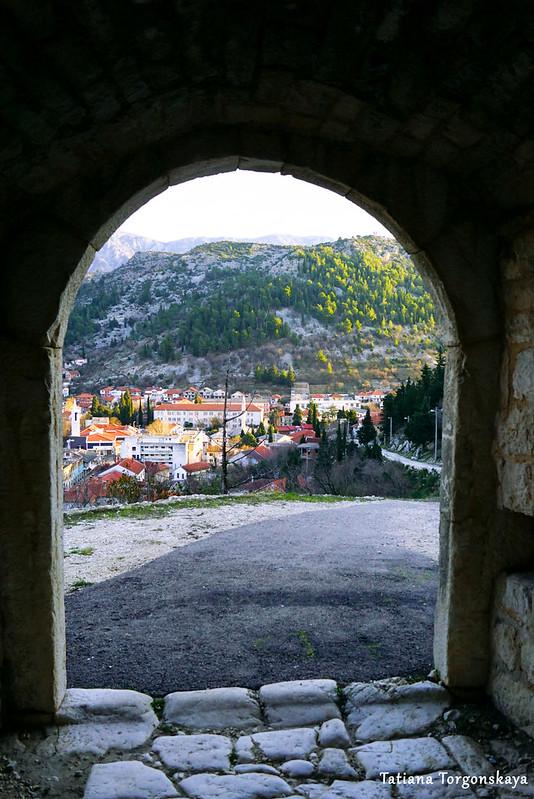 Вид через арку ворот