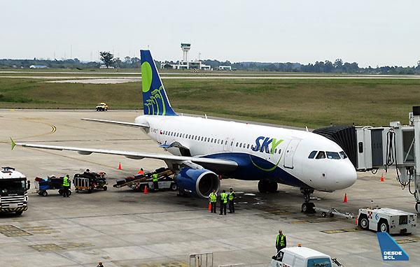 Sky A319 CC-AFZ en MVD (RD)