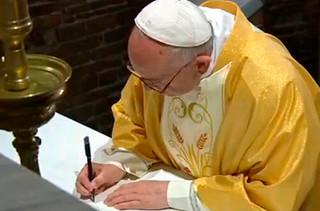 """El Papa Francisco firma en Loreto la carta """"Vive Cristo, esperanza nuestra"""""""
