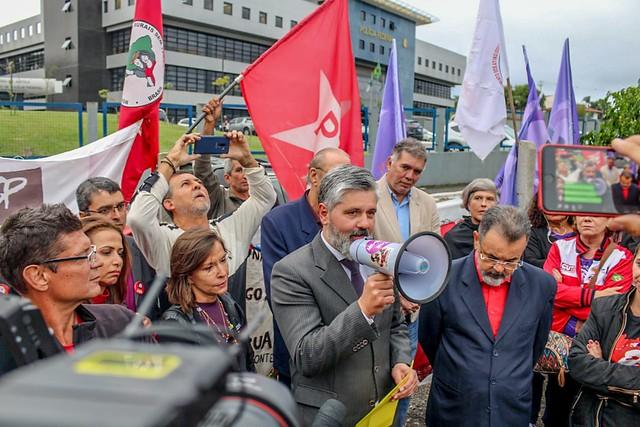 Medeiros conversa com apoiadores de Lula em frente à PF - Créditos: Eduardo Matysiak
