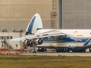 Antonov 124-100 Wartung in LEJ
