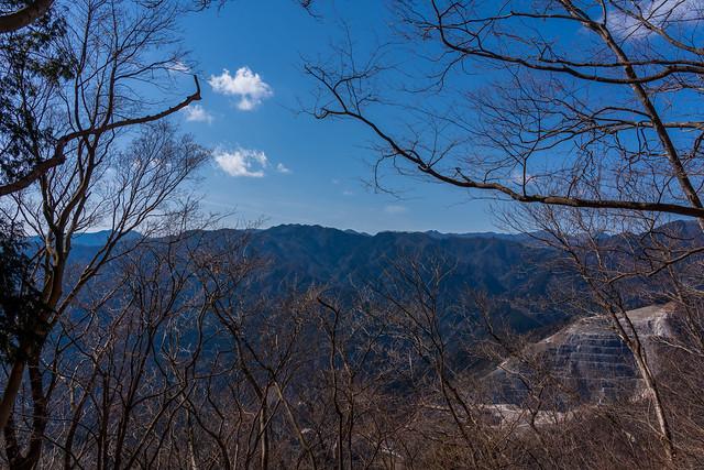 有間山稜の先に僅かに長沢背稜