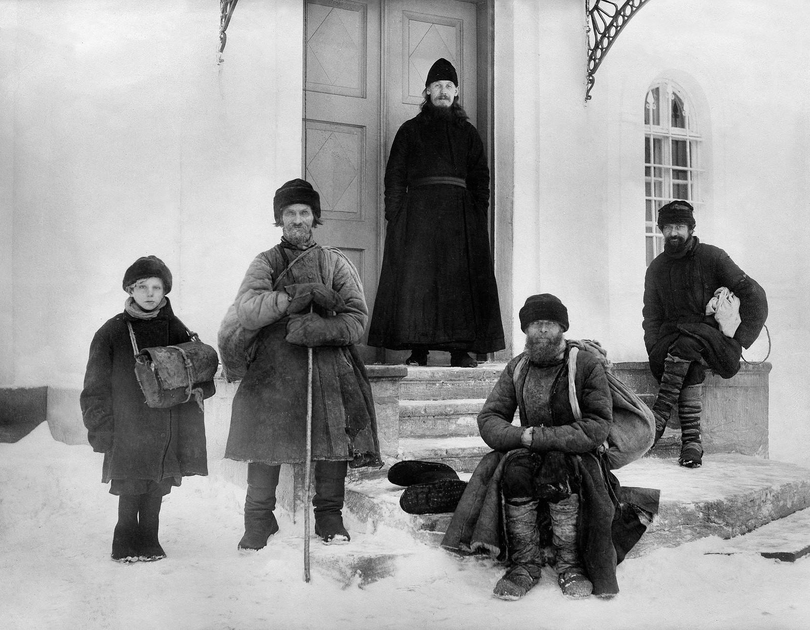 На паперти церкви Спаса Преображения Череменецкого монастыря